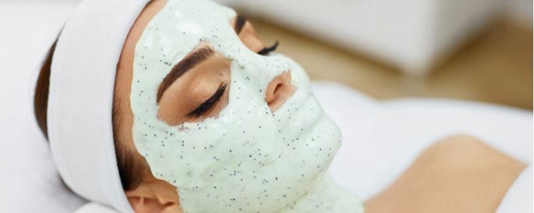 Maschera per il viso all'alginato: benefici delle alghe per la pelle